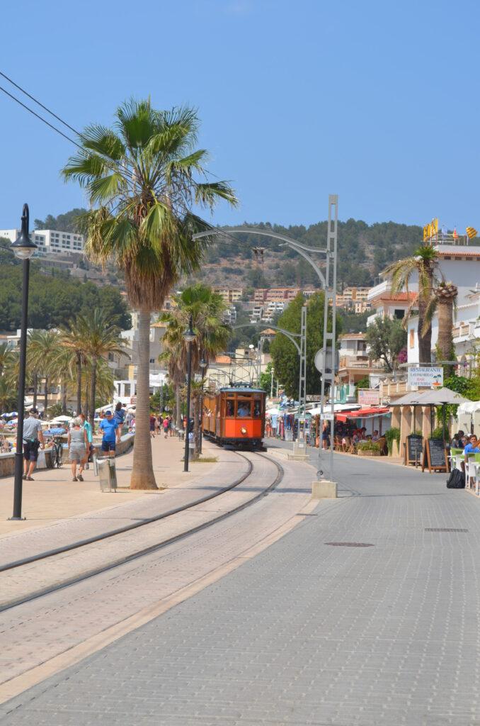 Straßenbahn auf der Uferpromenade von Port de Sóller