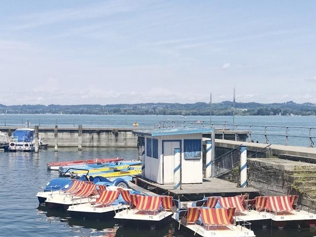 bunte Tretboote am Bodensee bei Bregenz