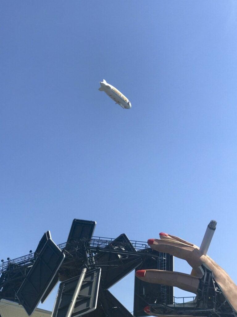 Zeppelin überfliegt die Seebühne in Bregenz (Carmen)