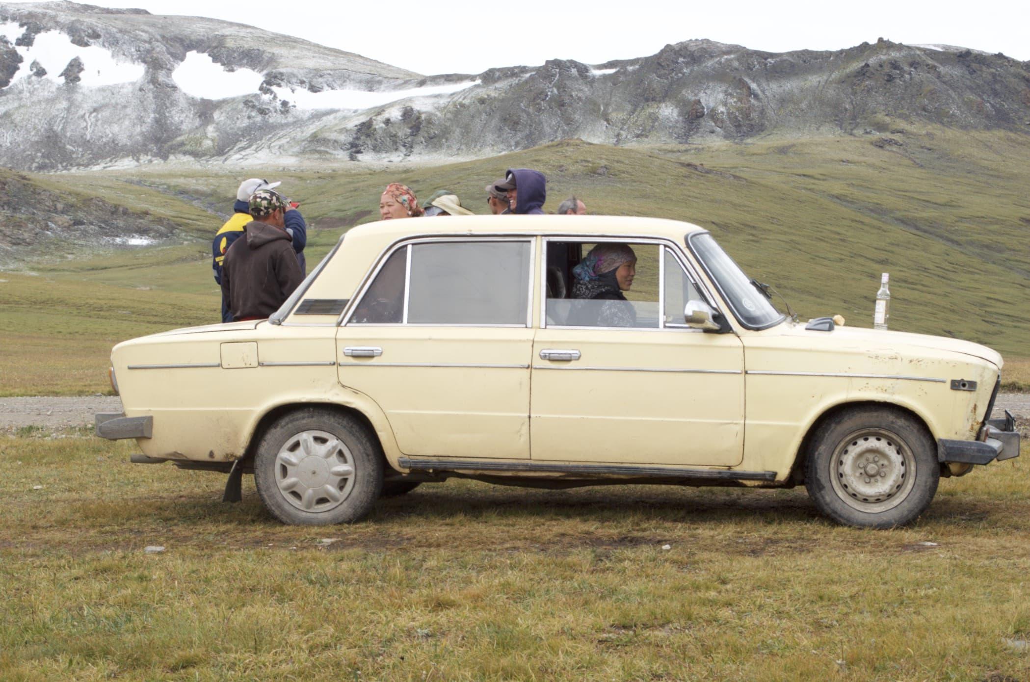 Nomadenfamile auf dem Weg zum Songköl macht Rast am Kalmak-Ashuu-Pass