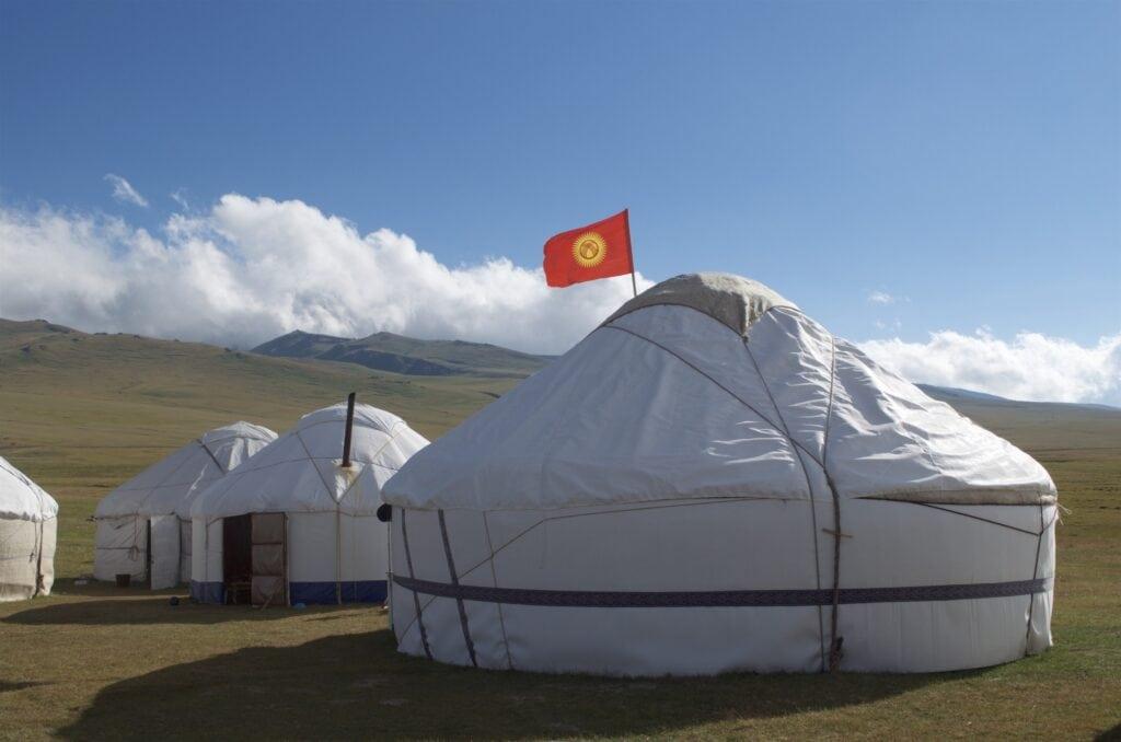 über dem Essenszelt weht die kirgisische Flagge