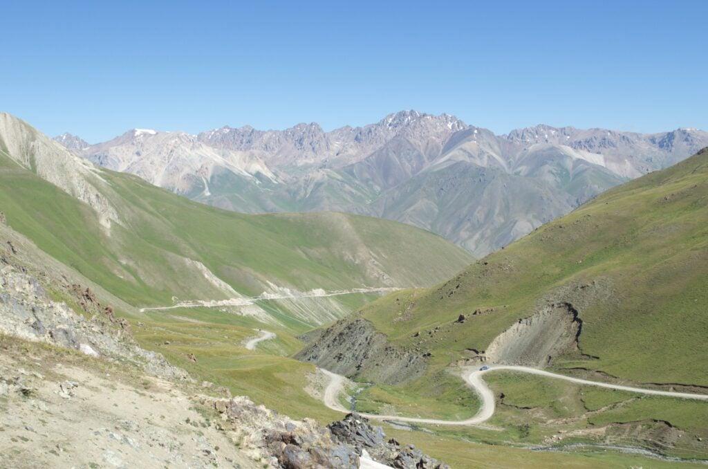 Piste zum Kalmak-Ashuu-Pass bei Schönwetter