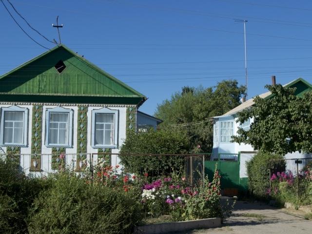 typische Häuser und gepflegte Gärten in Kirgisistan