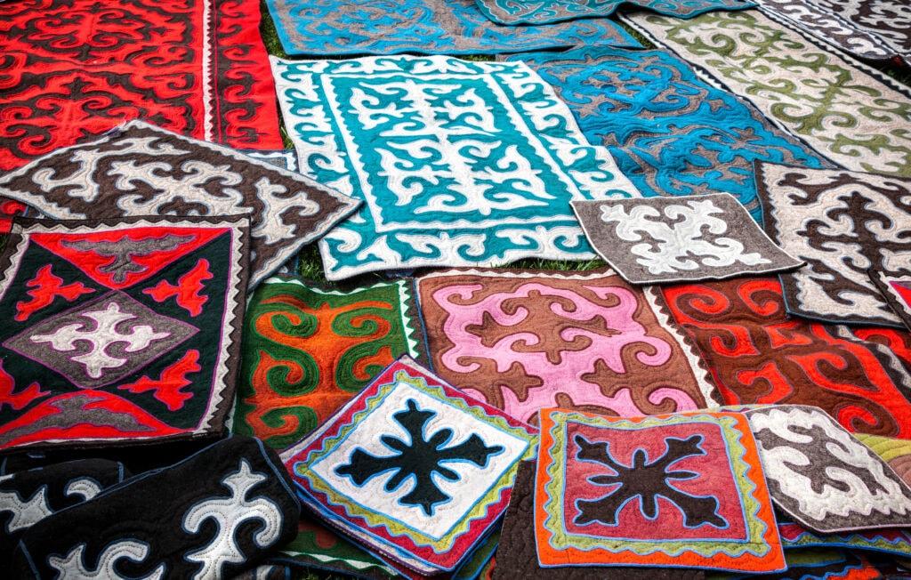 Filzteppiche (Shyrdaks) als typische Souvenirs in Kirgisistan