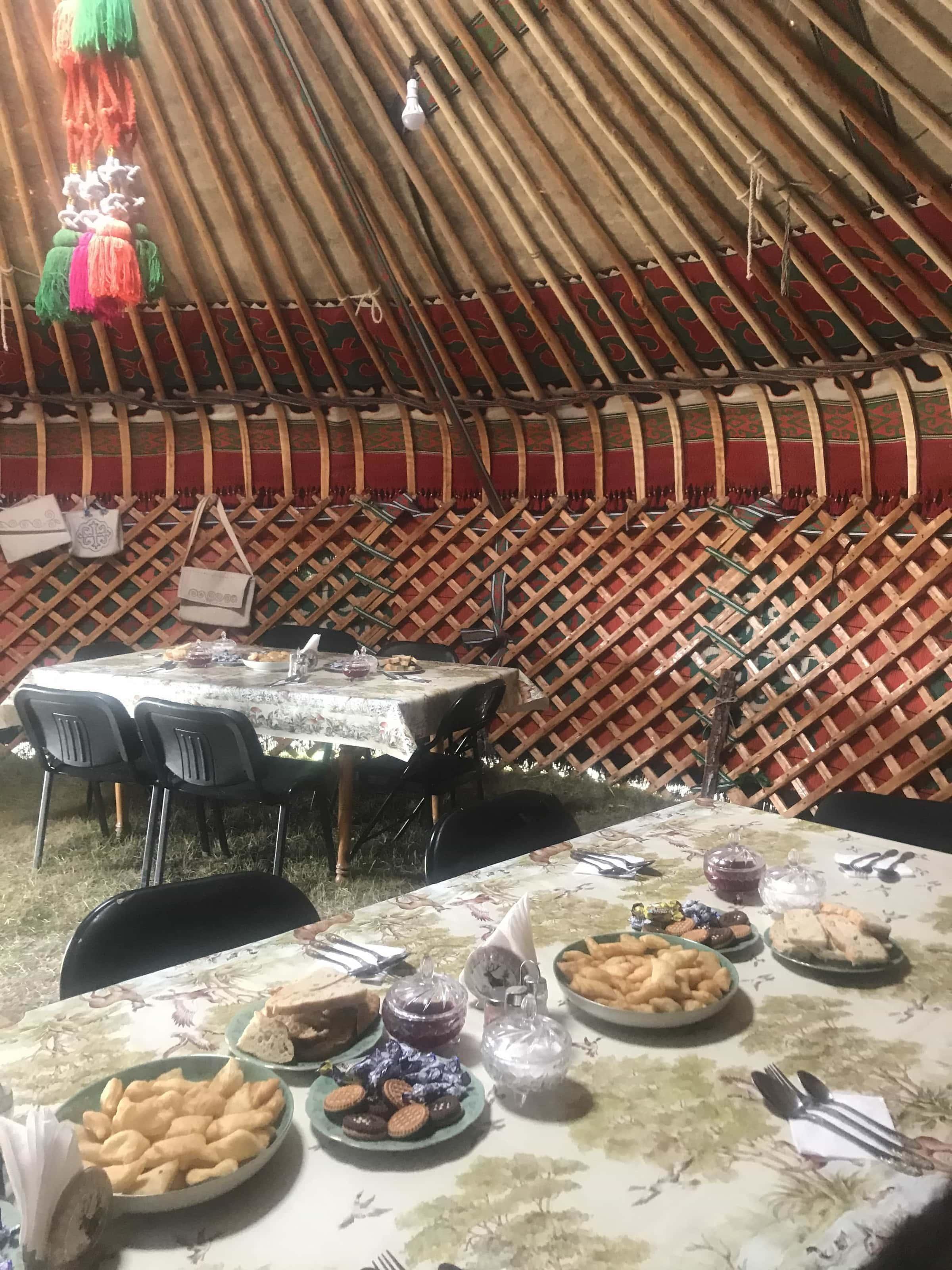 Mittagessen im Jurtencamp am Songköl