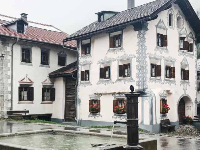 reich verzierte Häuser in Bergün