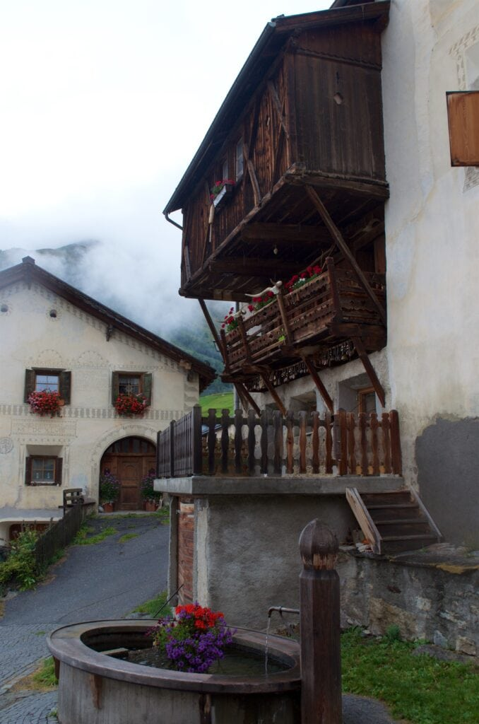 Guarda: alte Häuser im Dorf