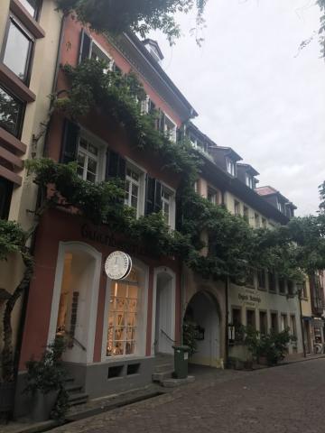 Läden und Lokale in der Konviktraße in Freiburg