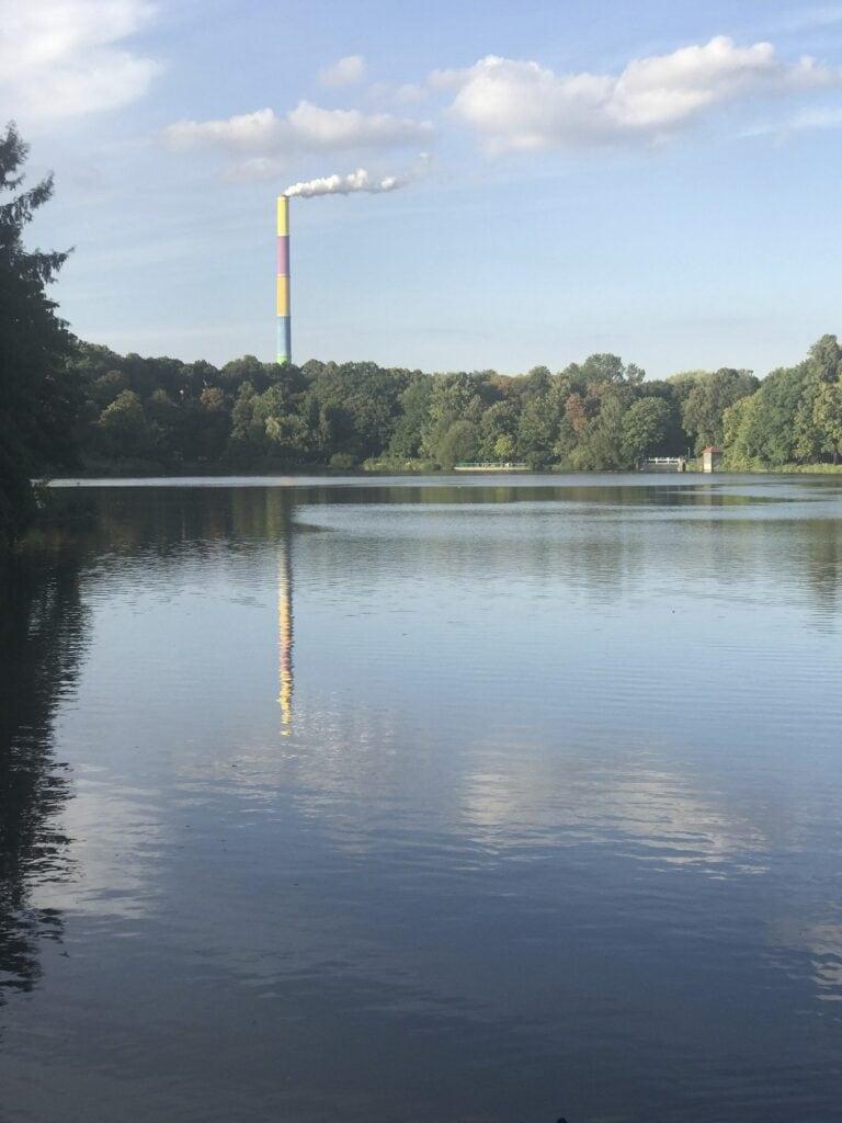 Schlossteich Chemnitz mit dem bunt bemalten Schornstein des Heizkraftwerks