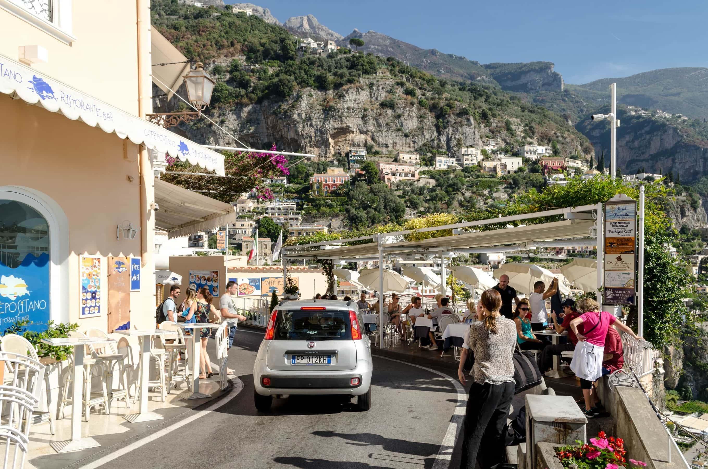 Positano und die engen Straßen an der Amalfiküste