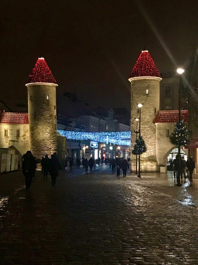 Viru-Tor und Weihnachtsbeleuchtung in Tallinn