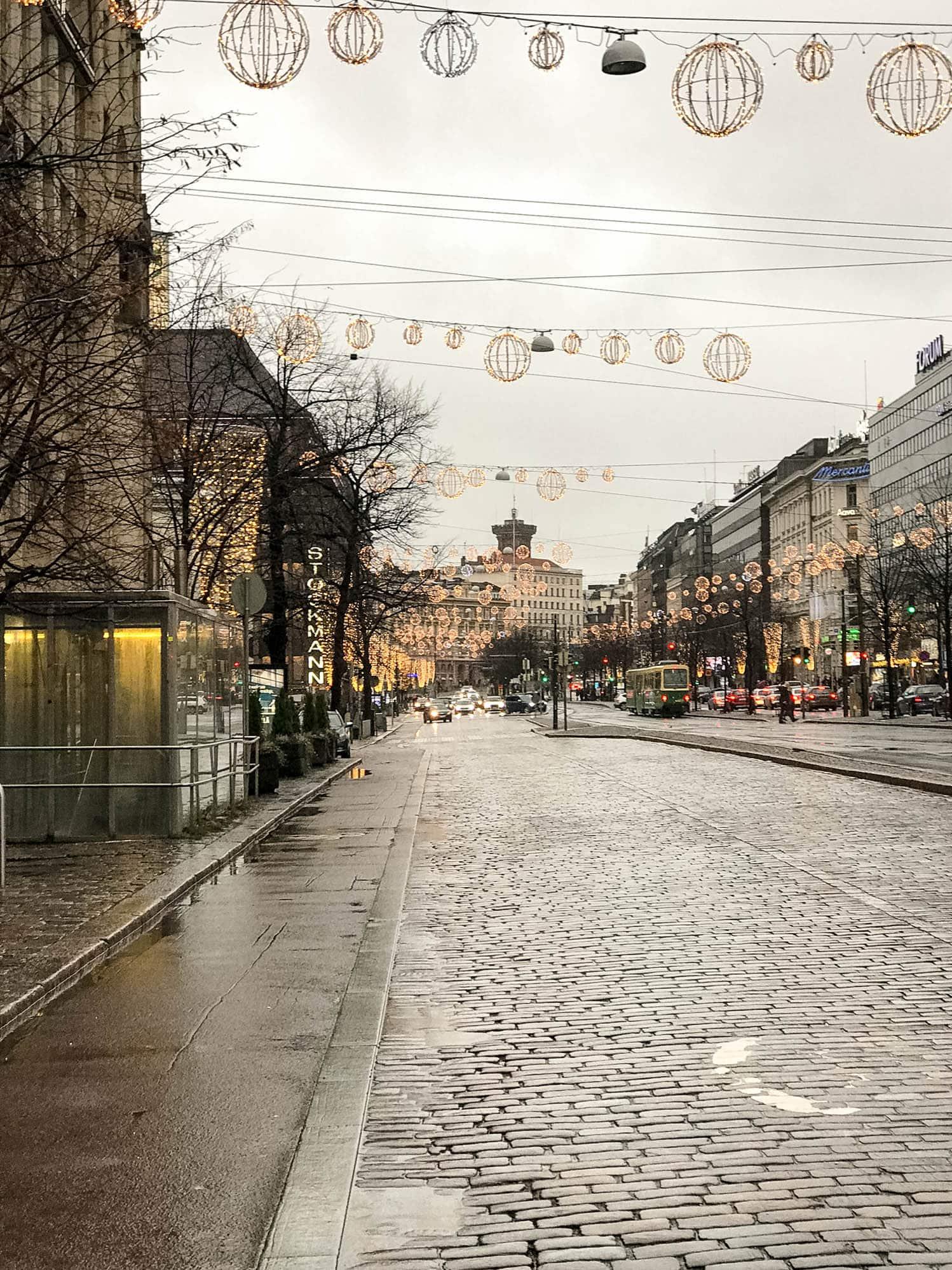 Mannerheimintie mit Weihnachtsbeleuchtung Helsinki