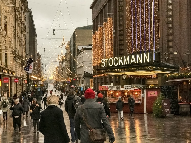 Aleksanderinkatu in Helsinki mit Weihnachtsbeleuchtung