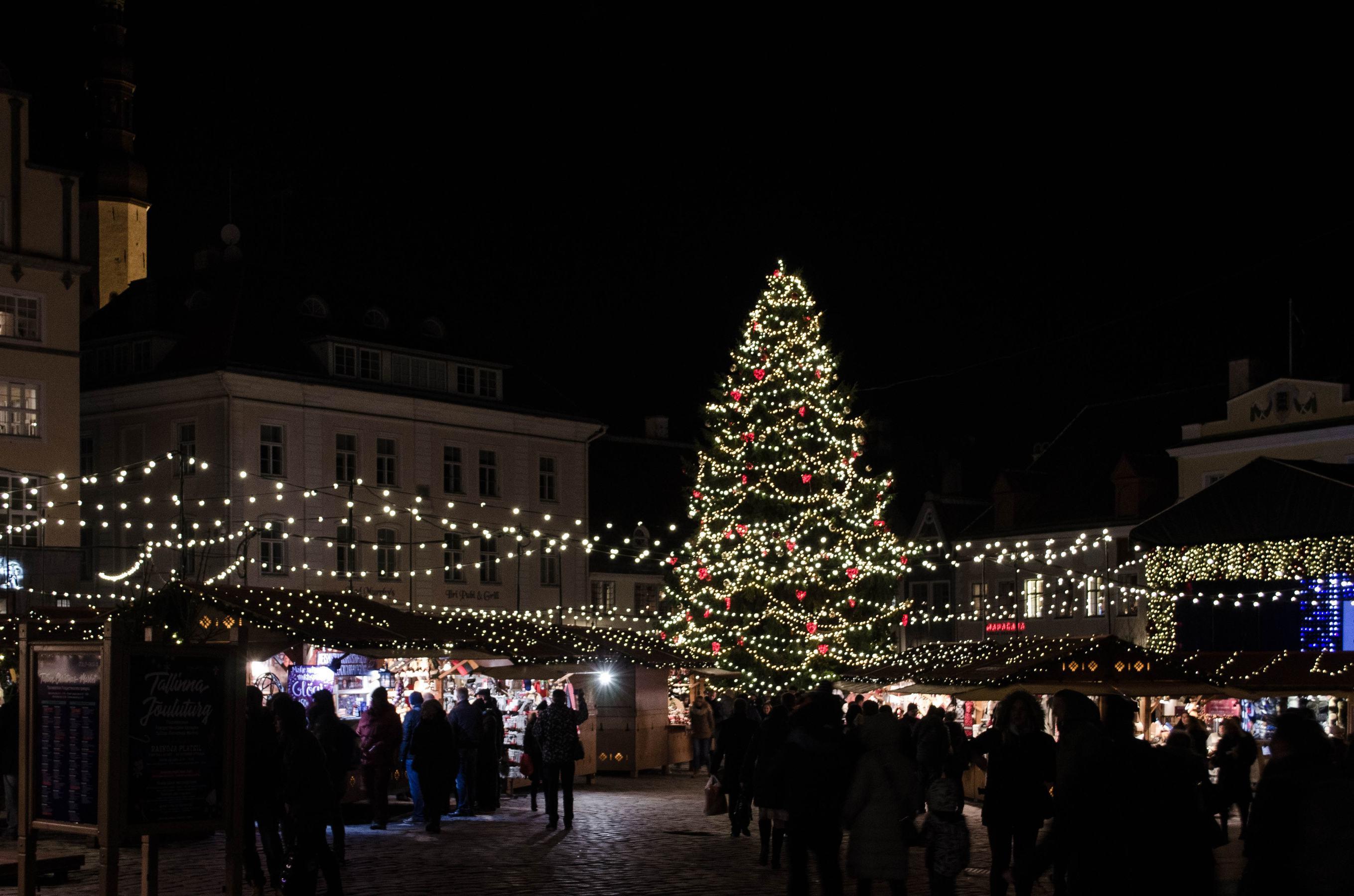 Weihnachtsmarkt am Rathausplatz in Tallinn