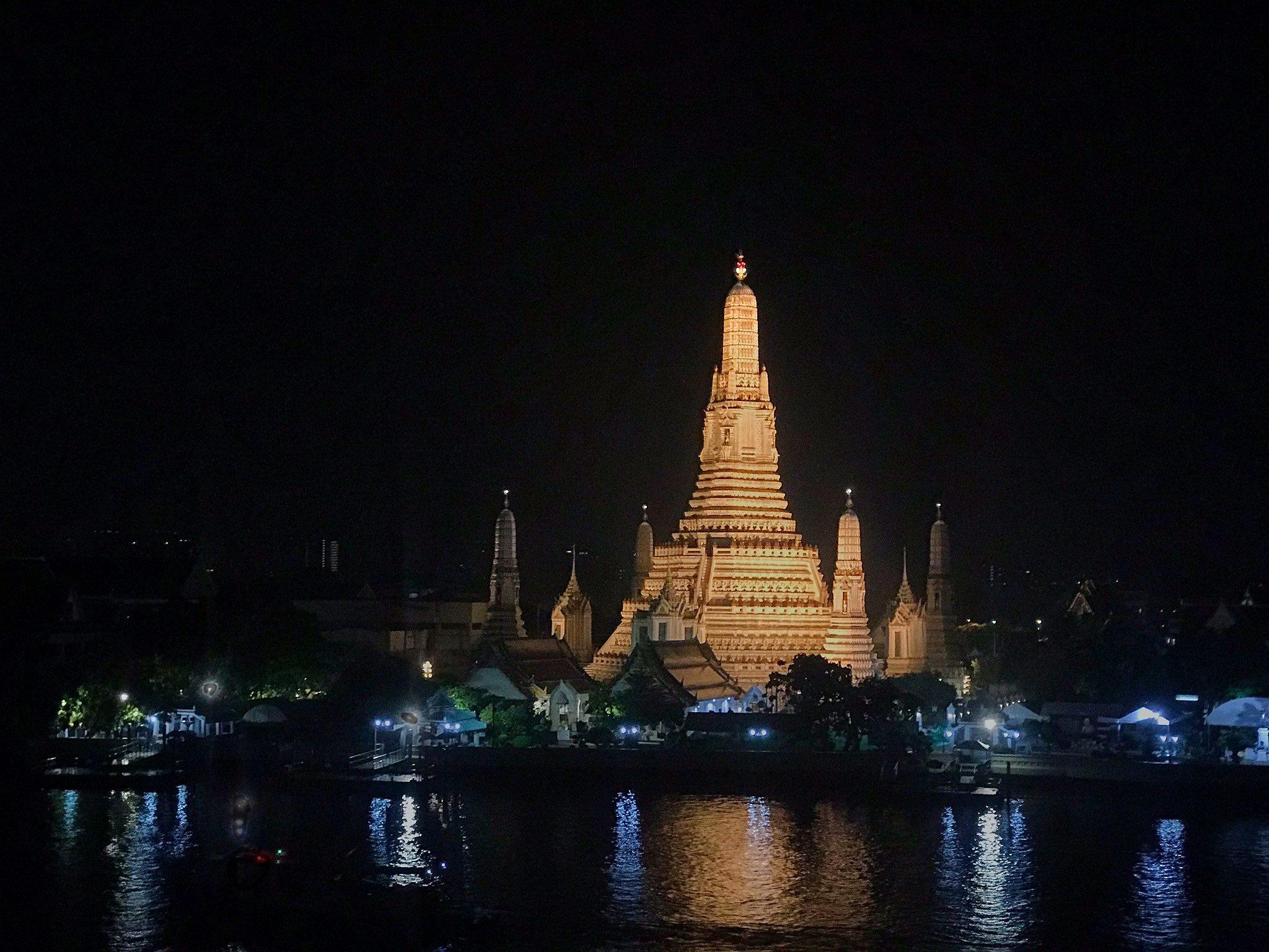 Ausblick auf den Wat Arun von Eagle Nest Bar in Bangkok