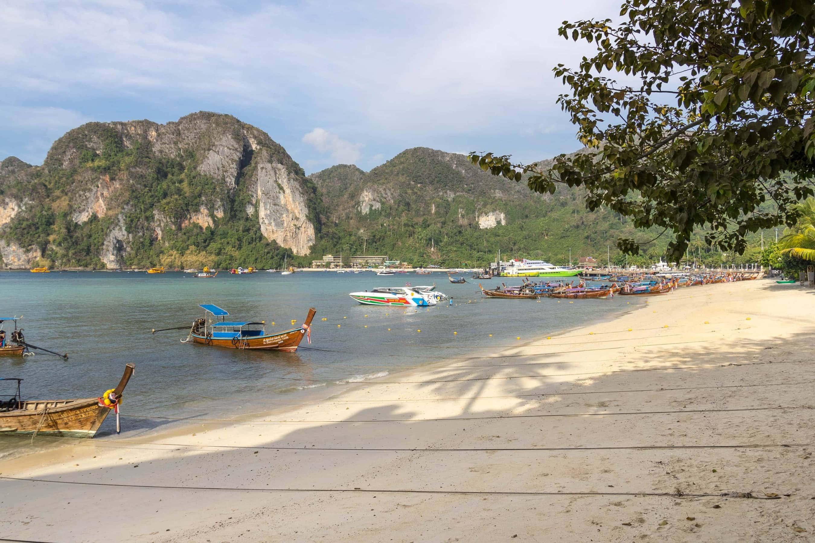 Strand auf Ko Phi Phi (Segeln in Thailand)