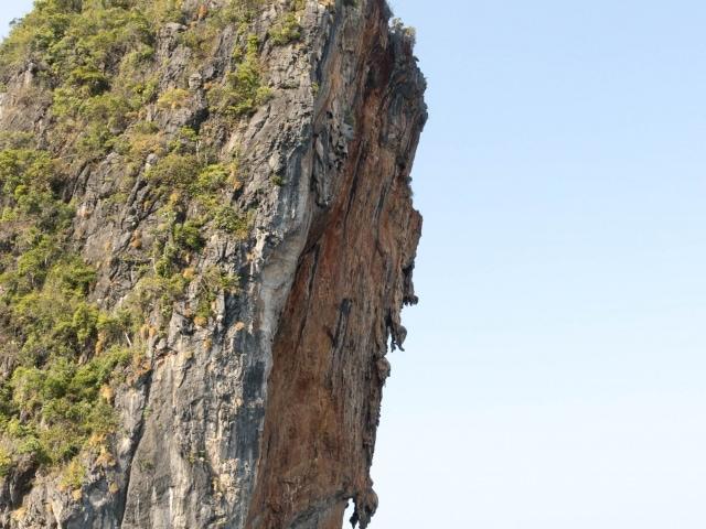 Karstfelsen in der Andamanensee (Segeln in Thailand)