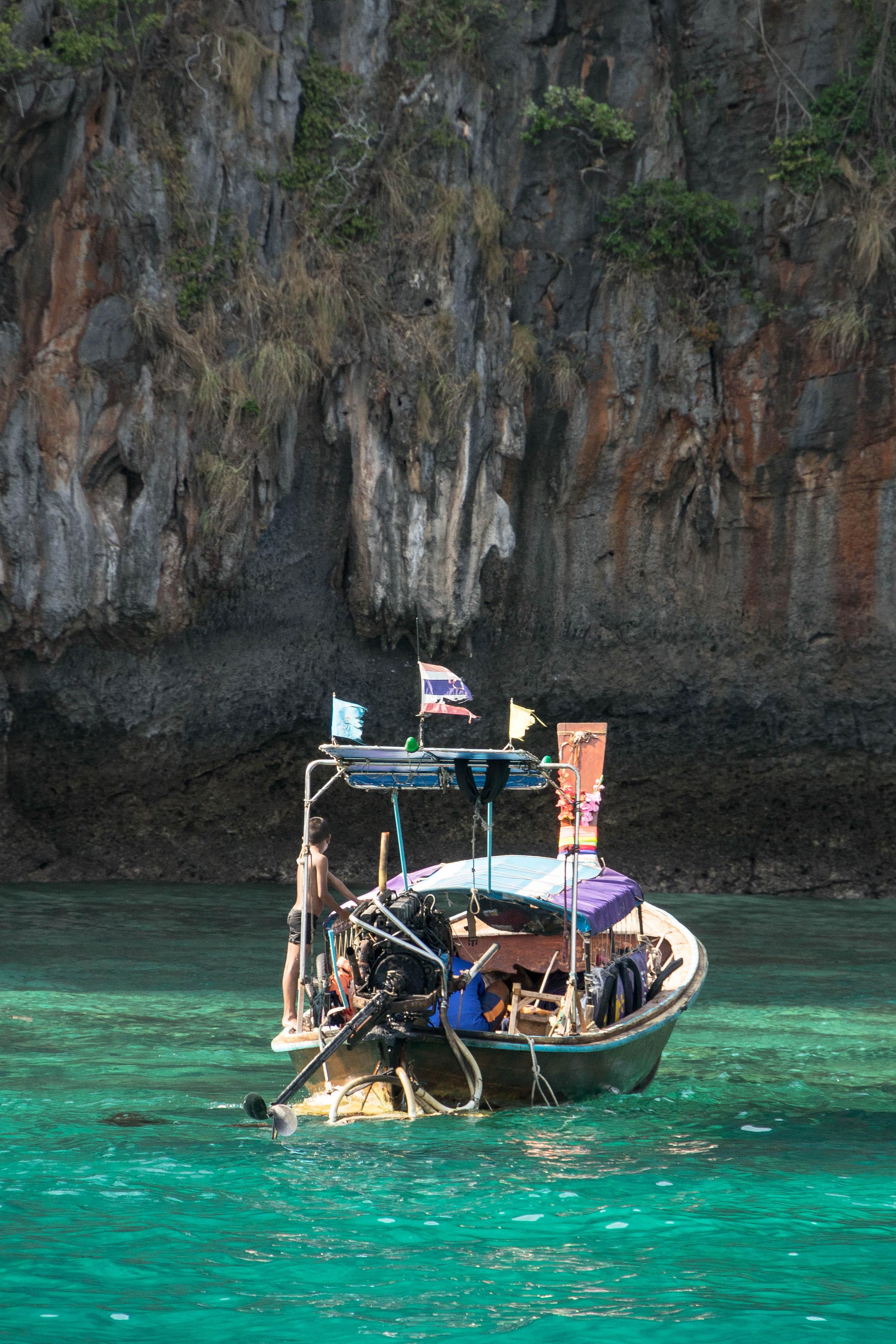 Longtailboot auf Ko Phi Phi Leh (Segeln in Thailand)