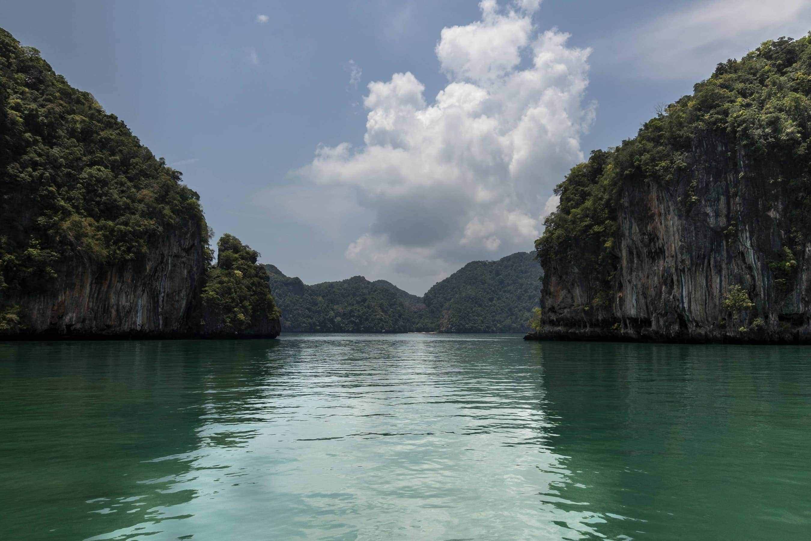Karstfelsen in der Anadmananensee (Segeln in Thailand)