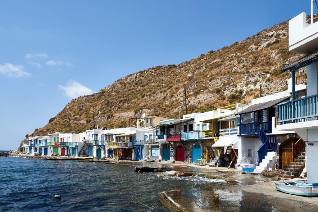 Bootshäuser in Klima rechts der Straße
