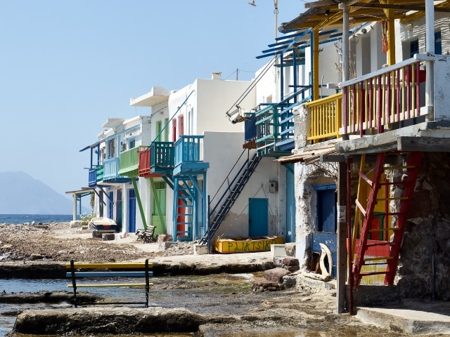 farbenfrohe Bootshäuser in Klima