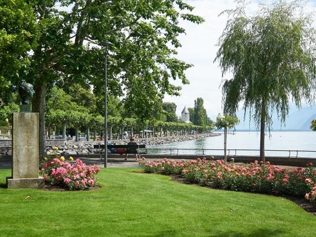 Pflanzen und Grünflächen an der Uferpromenade in Vevey