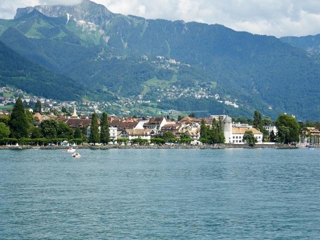 Blick über den Genfersee zum Spielmuseum in Vevey