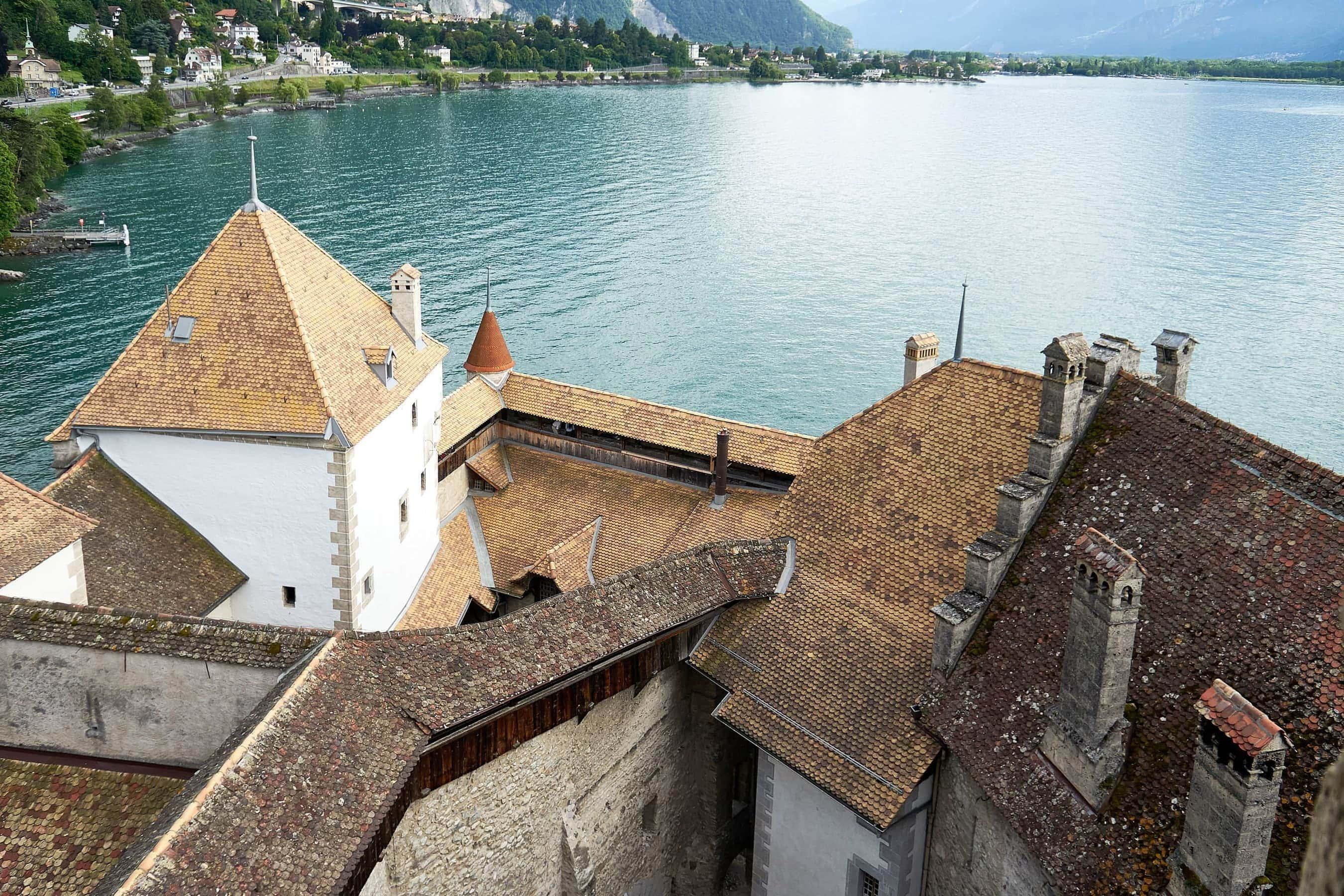 Blick auf die Dächer des Schlosses Chillon und den Gefersee vom höchsten Turm