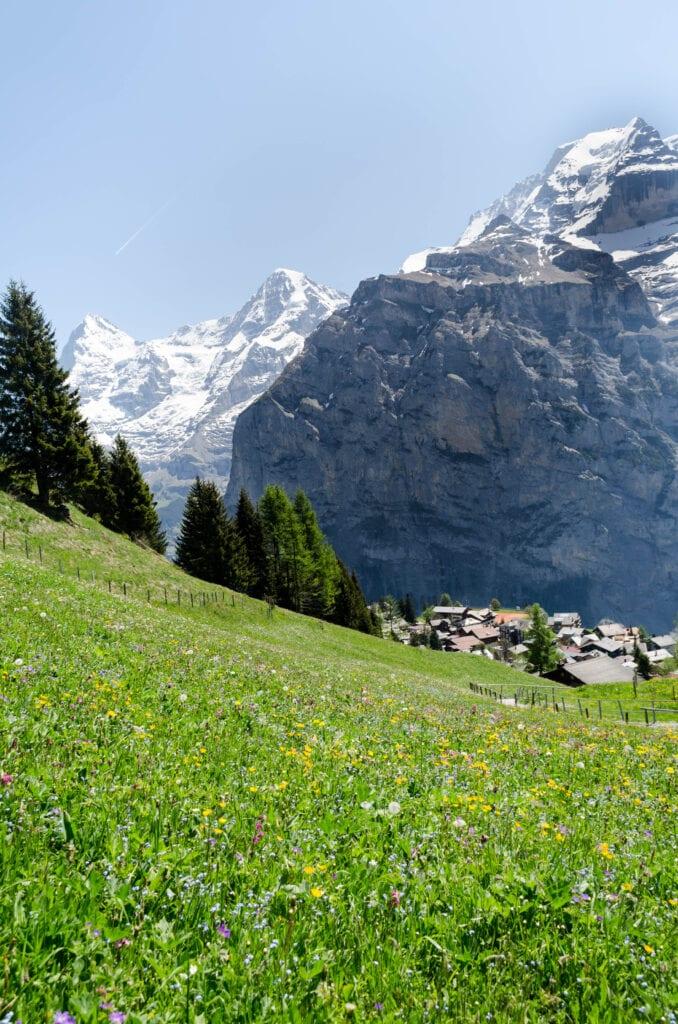 Blick auf Mürren und die Bergkulisse