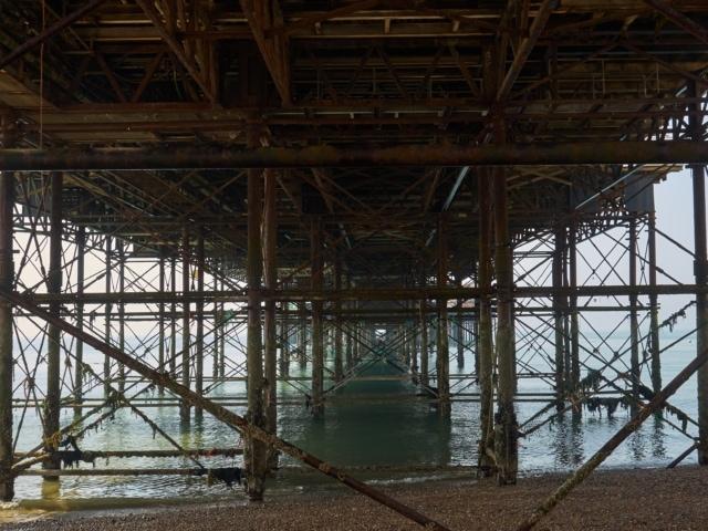 unter dem Palace Pier in Brighton
