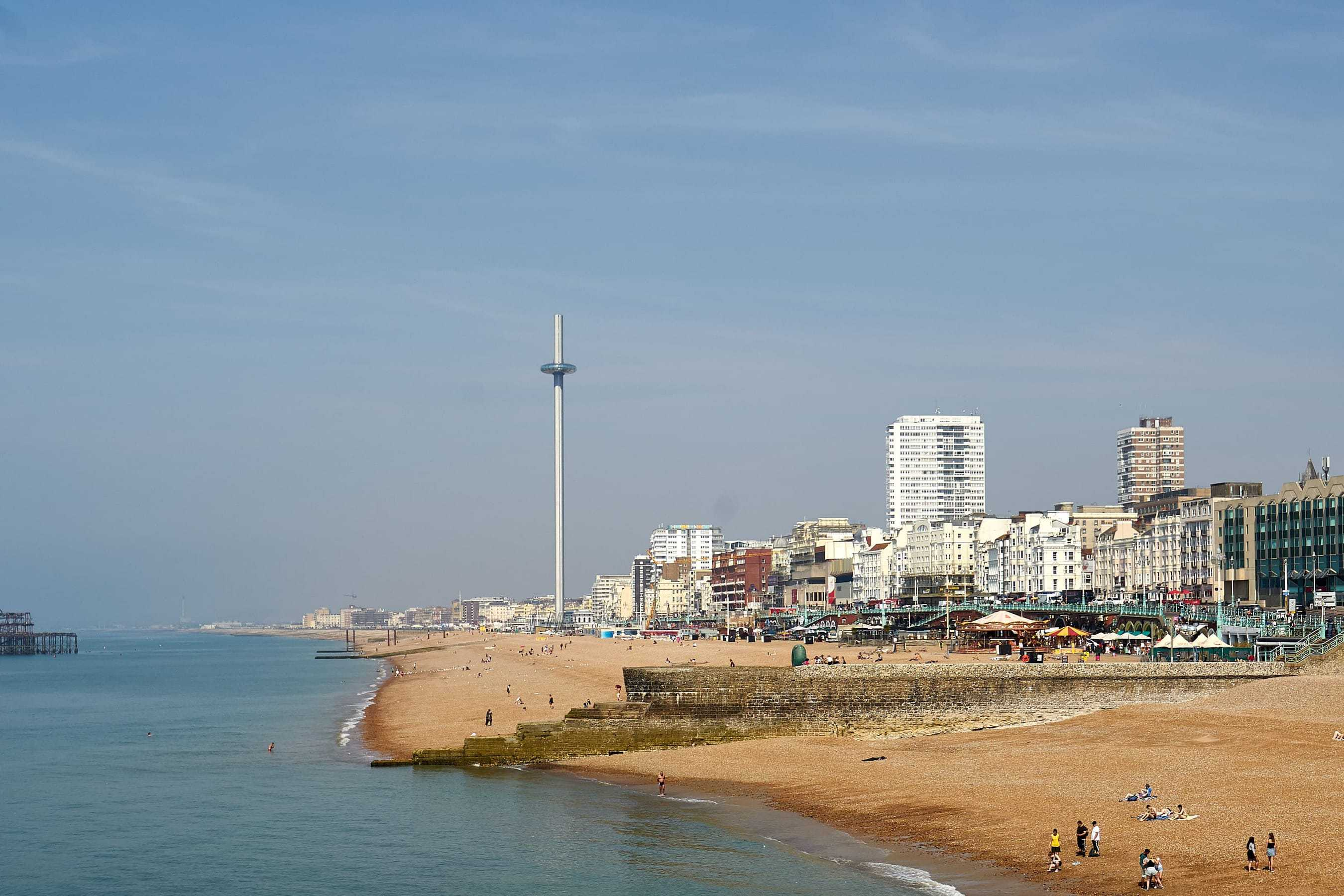 Strand in Brighton mit i360