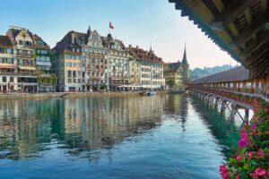 Kapellbrücke mit rechtem Reussufer in Luzern