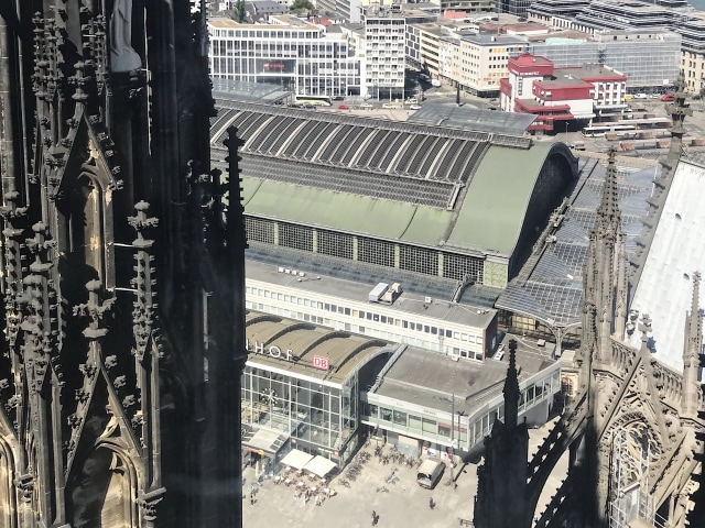Aussicht vom Turm des Kölner Doms auf den Bahnhof