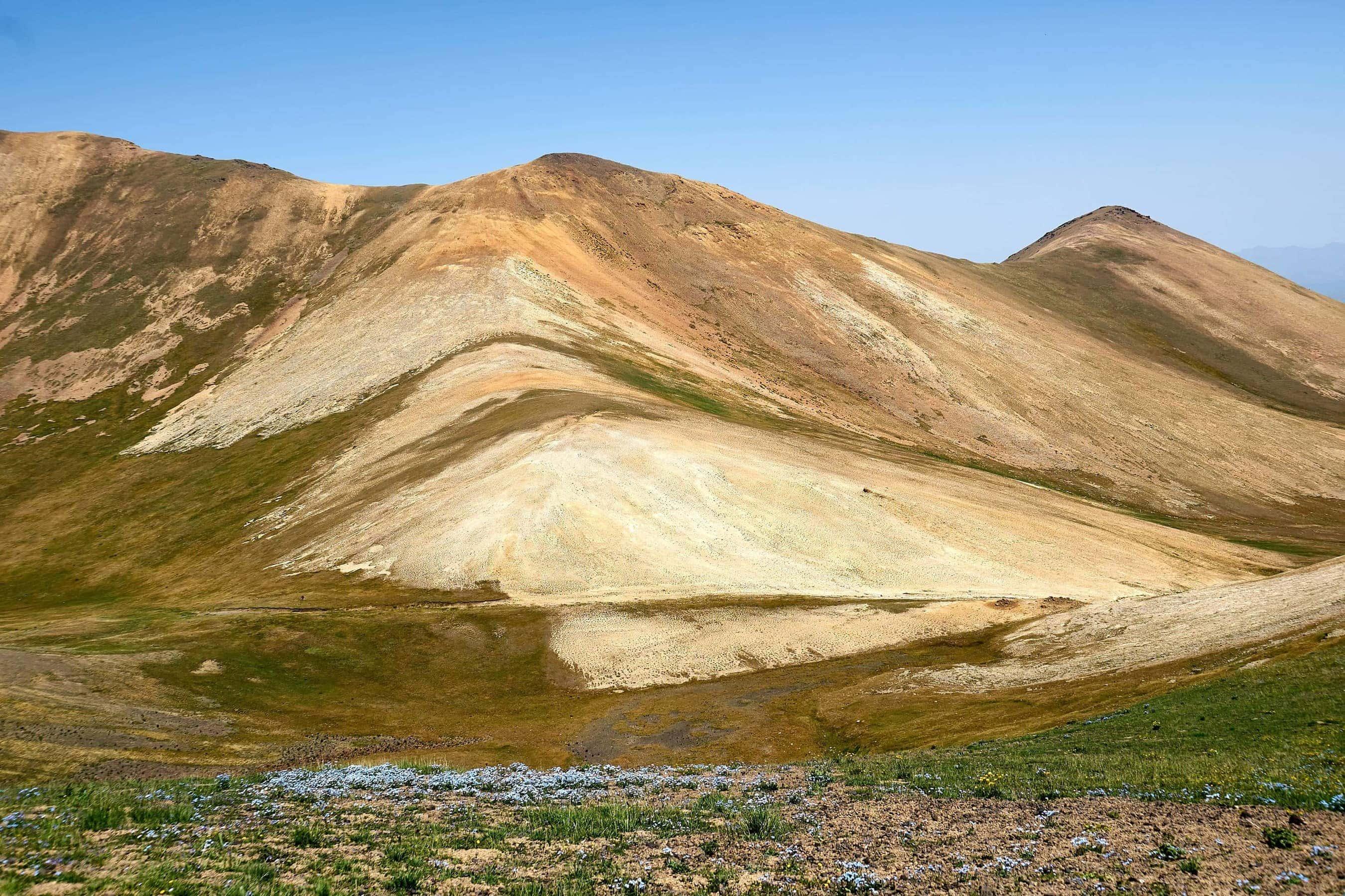 farbige Berge am Ughtasar-See