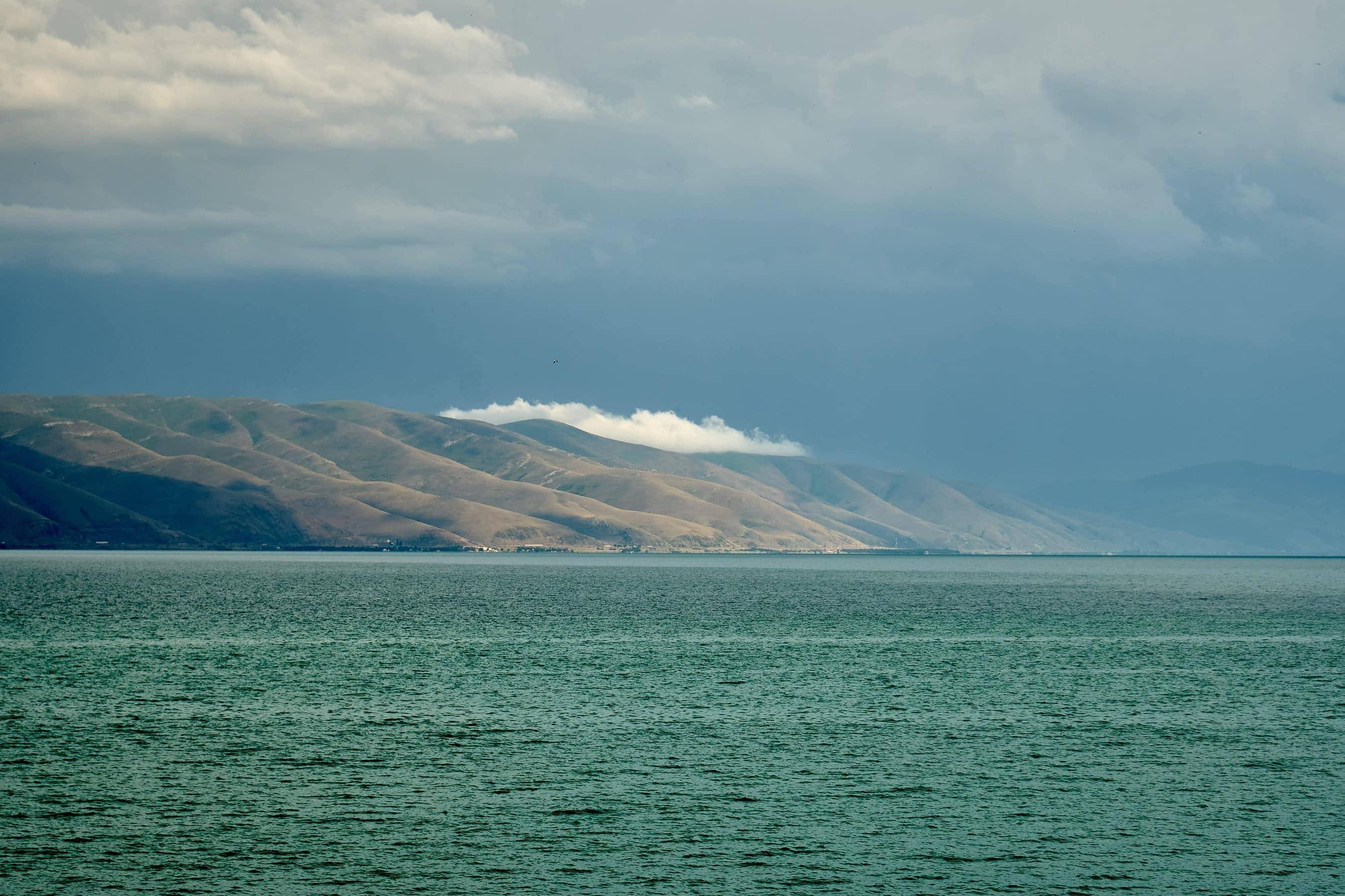 dunkle Wolken über dem grünen Sewansee