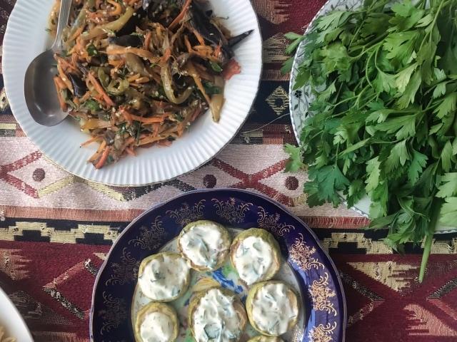 armenische Küche, immer mit frischen Kräutern am Tisch