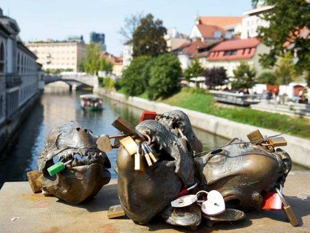Skulpturen und Schlösser auf der Metzgerbrücke in Ljubljana