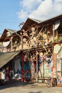 Skulpturen im alternatives Viertel Metelkova
