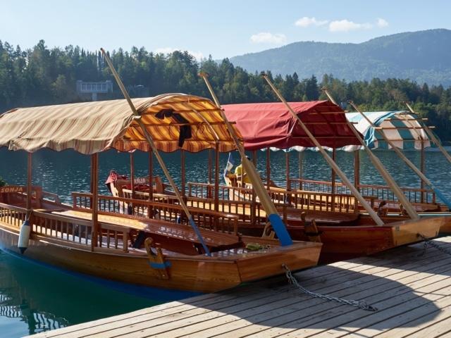 Holzboote am Bleder See