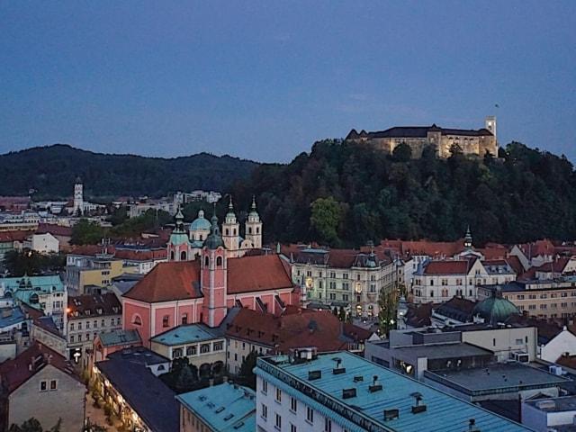 Blick auf die Burg vom Café im Nebotičnik