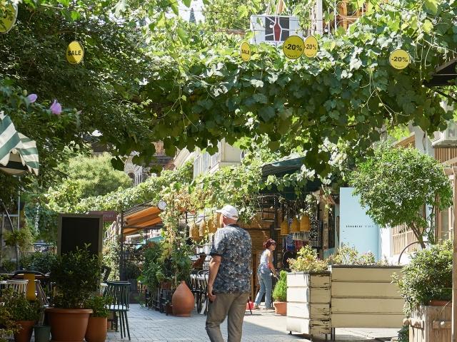 Restaurants in der grünen Ioane Shavteli Straße
