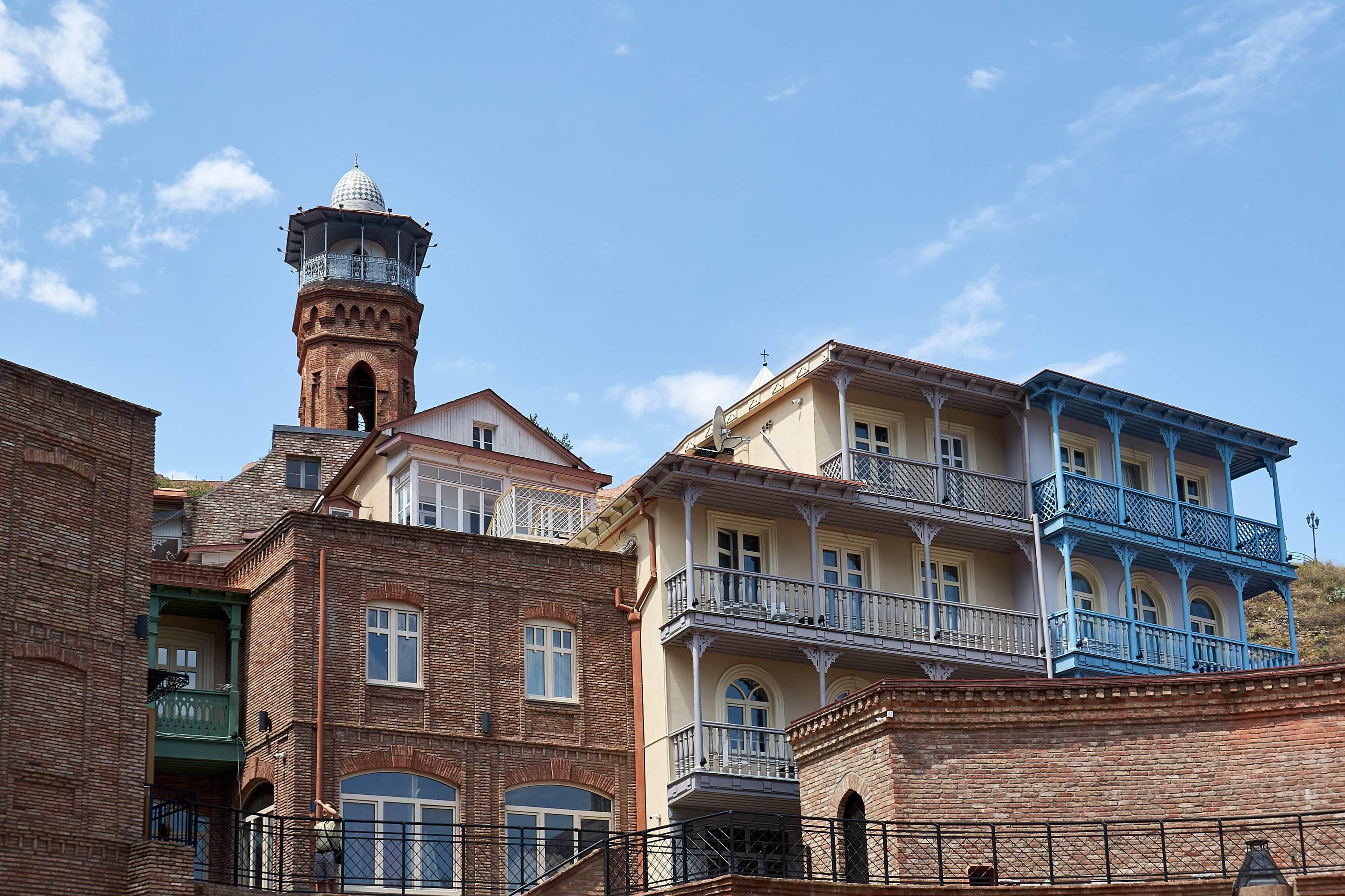 Häuser im Bäderviertel und Turm der Moschee