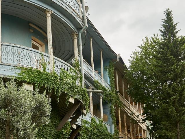 alte Balkone an der Stadtmauer in Tiflis