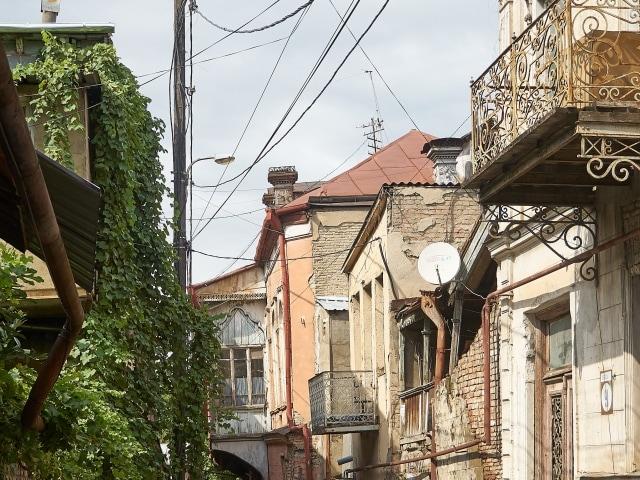 Seitengassen mit verfallenen Häusern in Tiflis