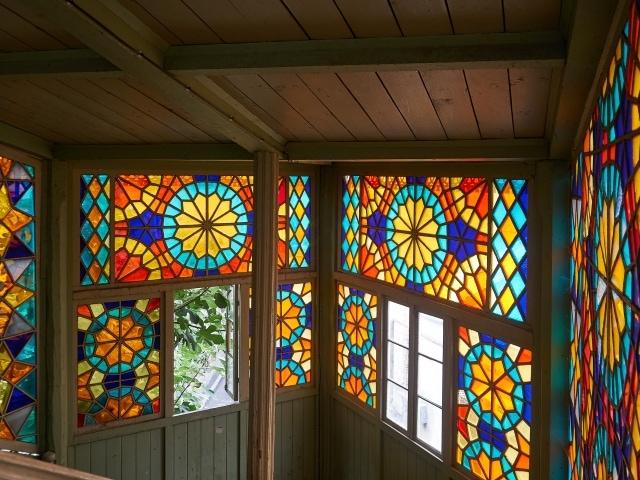 bunt verglaste Fenster in der Galerie 27 in der Altstadt