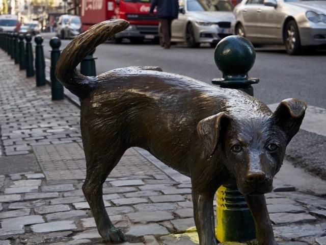 Bronzeskulptur eines Hundes, der sein Bein hebt