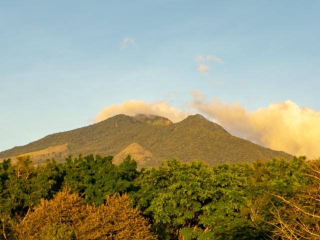 Miravalles Vulkan vom Hotel Yoko Termales bei Sonnenuntrgang