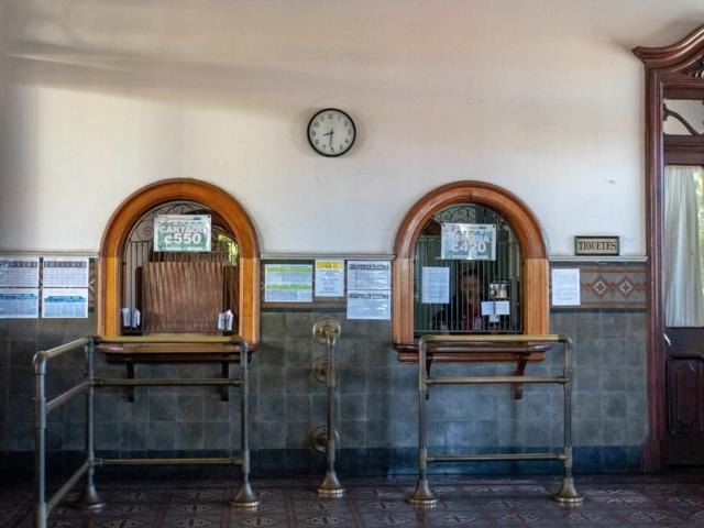 Halle mit Ticketschalter im Atlantischen Bahnhof San José