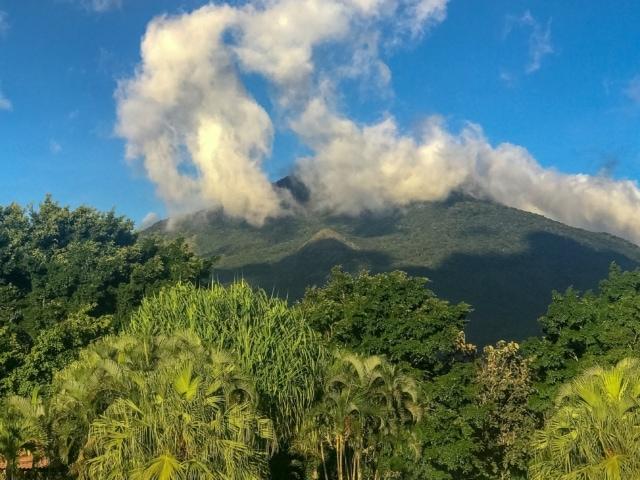 Garten des Hotels mit dem Vulkan Miravalles im Hintergrund