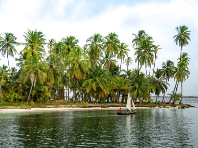 Einbaum der Kuna vor Insel
